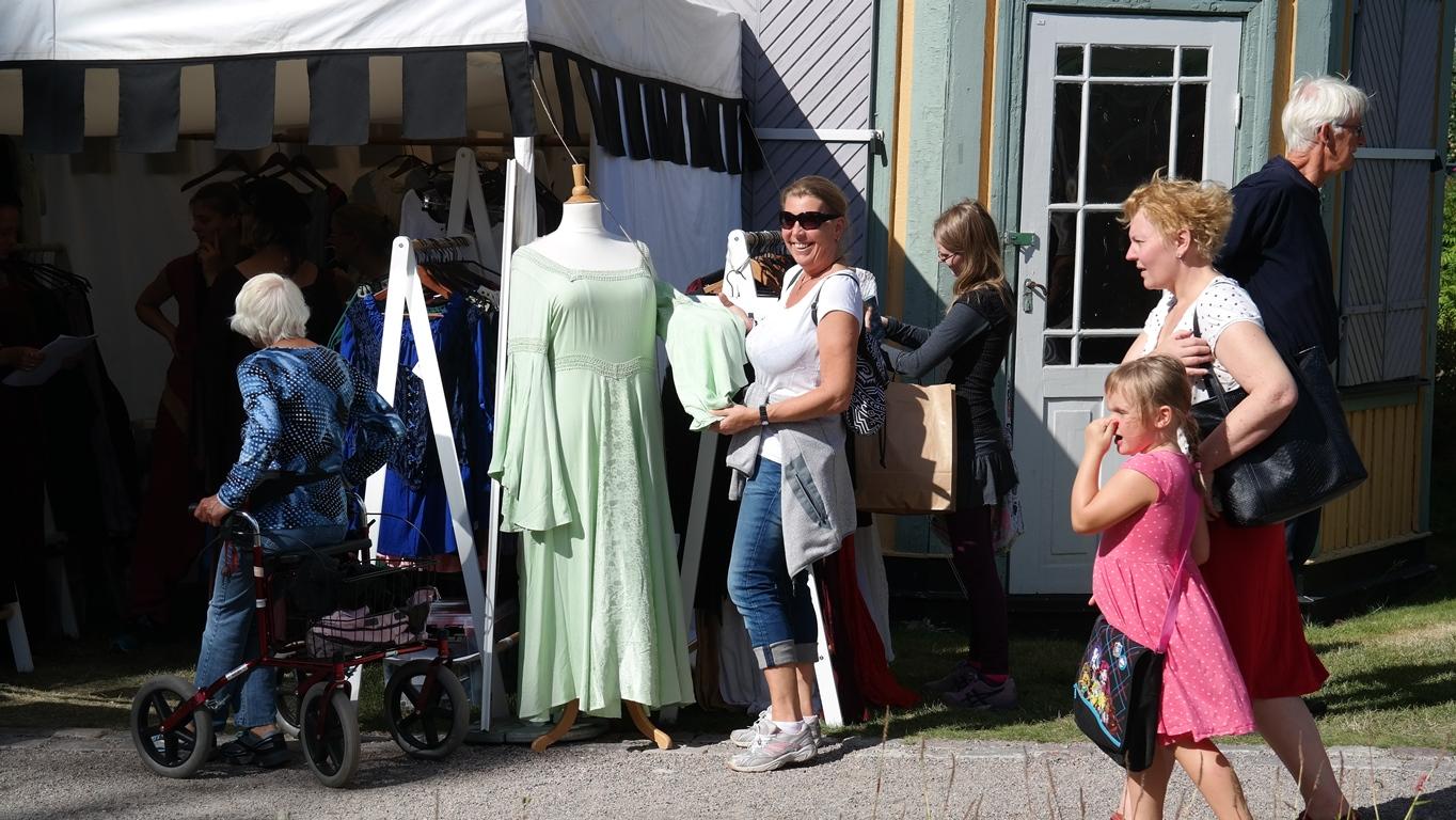 Catarina funderar på en medeltida klänning