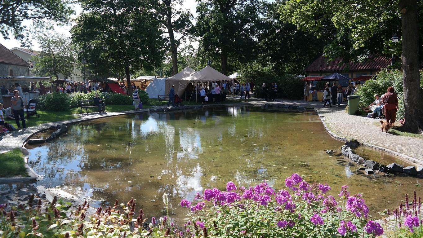 Ahlöfsparken i medeltida skrud