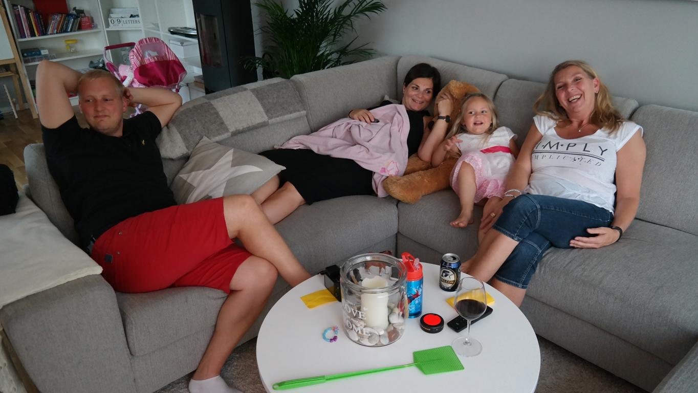 Redo för filmkväll. Tommy, Alina, Celine och Catarina.